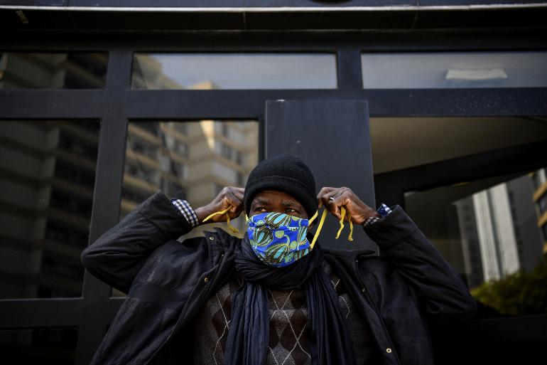Un homme enfile un masque en tissu le 8 mai 2020 (illustration)