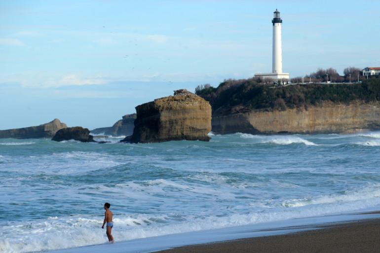 Un baigneur sur une plage à Biarritz (photo d'illustration)