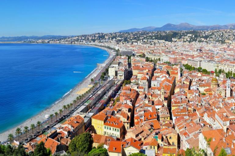 Vue aérienne d'une plage à Nice (illustration)