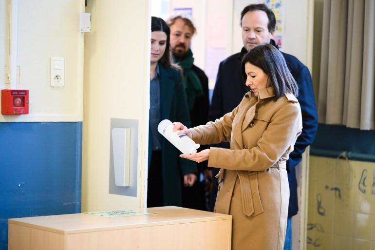 Anne Hidalgo, ici lors de son vote à Paris au premier tour des élections municipales, souhaite que le deuxième tour se tienne en juin
