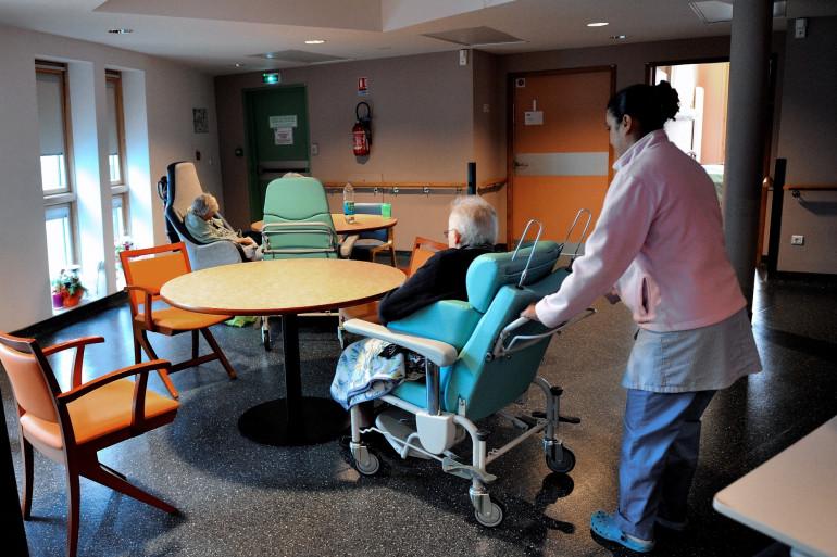 Une infirmière dans un Ehpad avec une personnes âgée, pendant l'épidémie de coronavirus (Illustration).