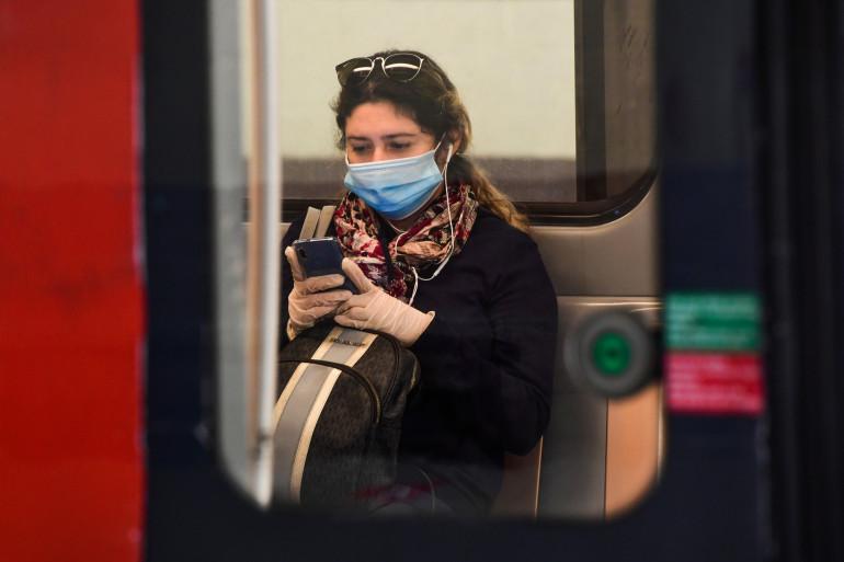 Une jeune femme sur son smartphone dans le métro de Milan, en Italie, le 4 mai 2020.