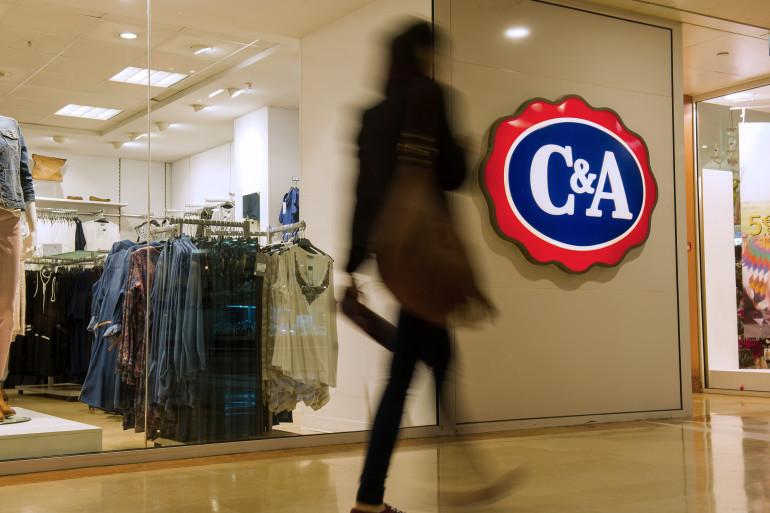 Une femme passe devant un magasin C&A (illustration)