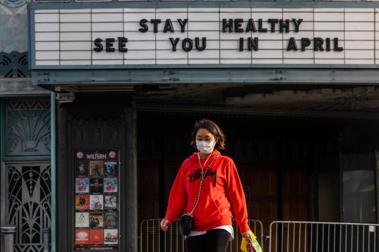Une femme portant un masque aux États-Unis.