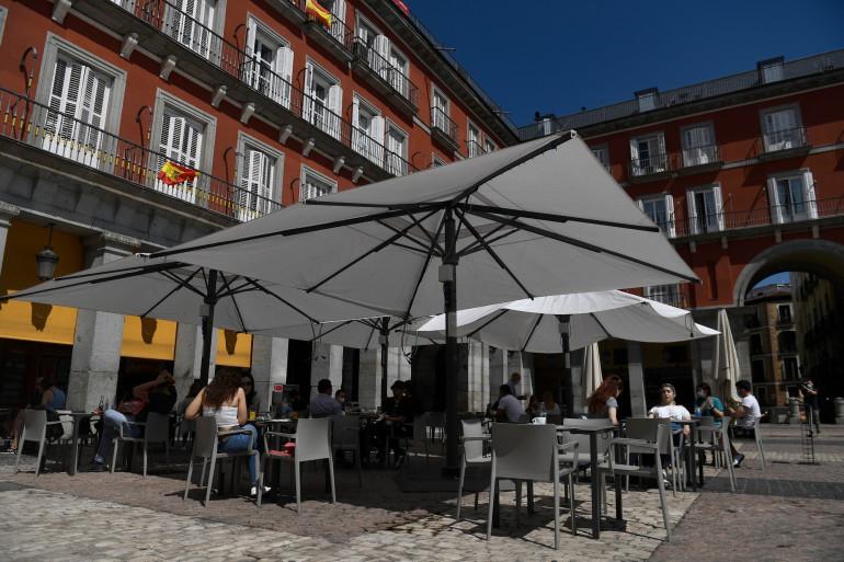 La terrasse d'un restaurant en Espagne (illustration)