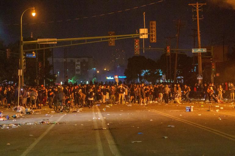 Des manifestants rassemblés à Minneapolis, durant la troisième nuit de protestation à la suite de la mort de George Floyd