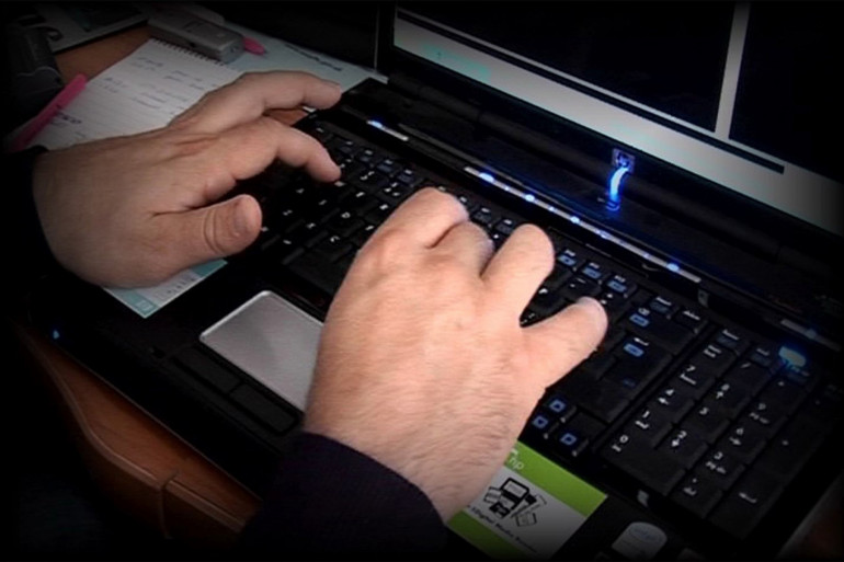 Un acheteur sur son clavier d'ordinateur (illustration)
