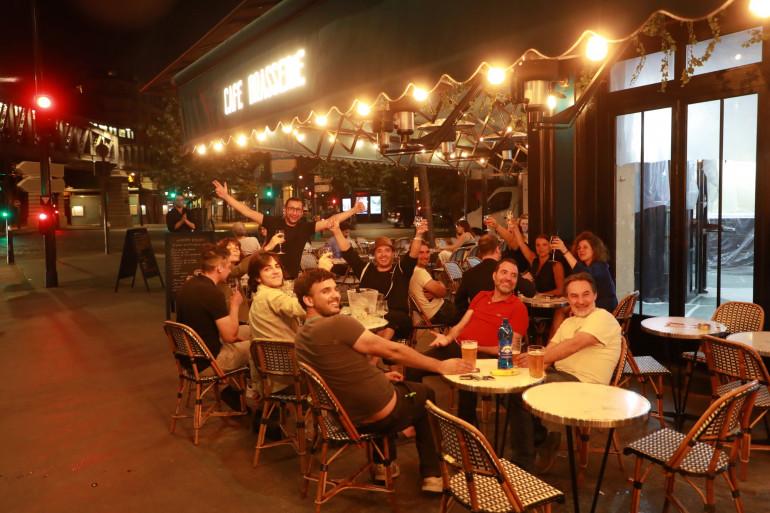 """Le """"Royal Cambronne"""" à Paris a rouvert sa terrasse dès minuit ce 2 juin. Les clients étaient présents pour célébrer la réouverture des bars"""