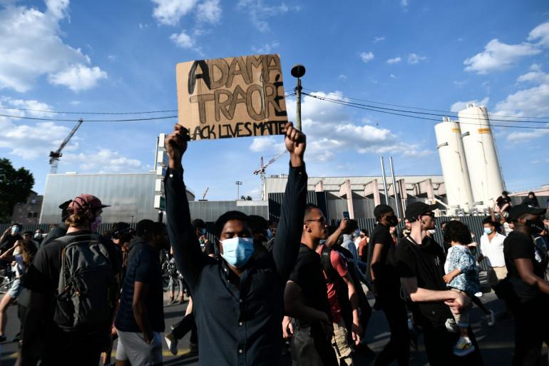 Des milliers de manifestants contre les violences policières étaient rassemblés le 2 juin devant le tribunal à Paris à l'appel du comité de soutien à la famille d'Adama Traoré.