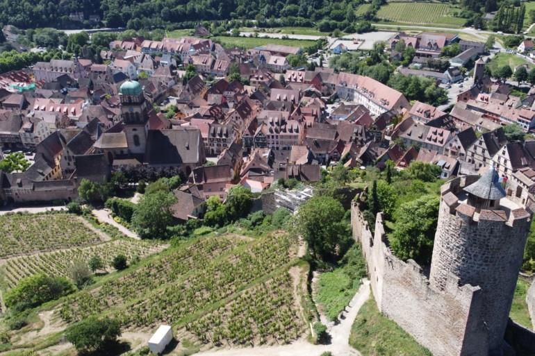 La ville anciennement fortifiée est blottie au pied du château de l'empereur (Kayser) sur sa montagne (berg), construit au XIIIe siècle