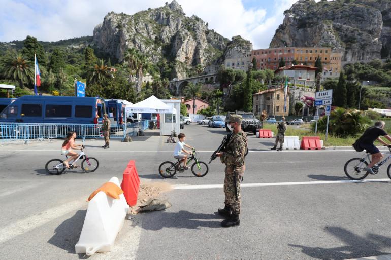 Des cyclistes passent la frontière franco-italienne, le 3 juin 2020