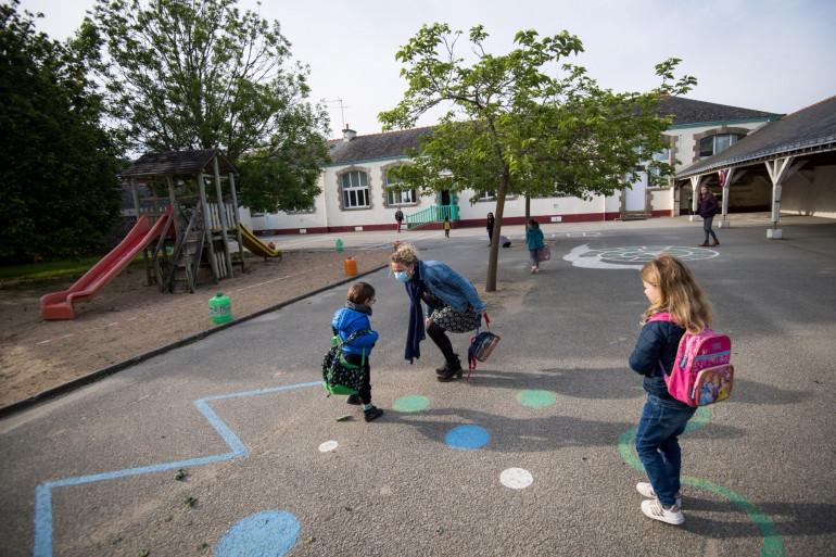 Des enfants dans une cour de récréation, pendant l'épidémie de coronavirus
