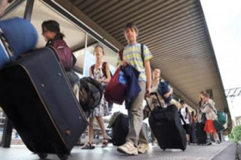 Des enfants attendent leur train à leur départ en colonie de vacances