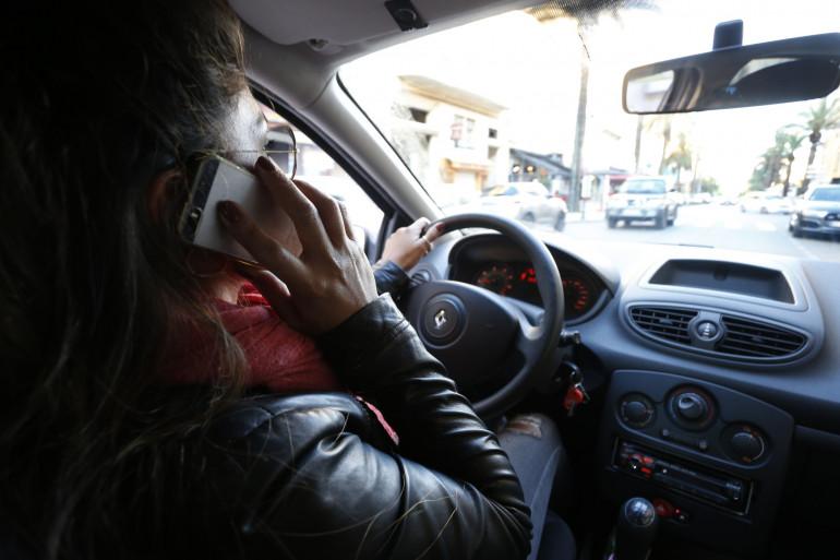 Une femme téléphone au volant de sa voiture (illustration)