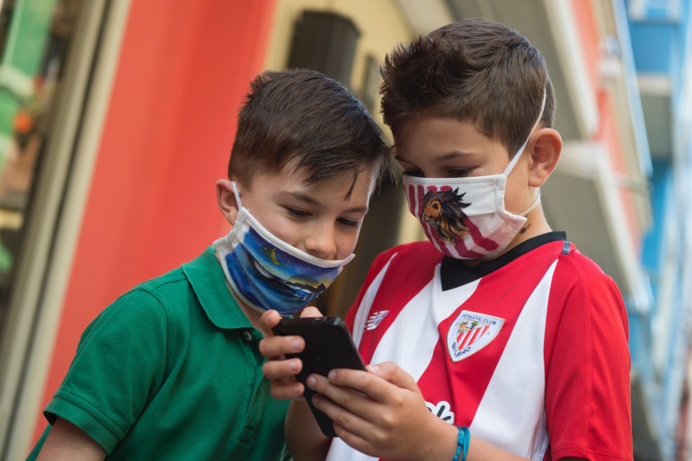 Deux enfants portant un masque de protection contre le coronavirus.