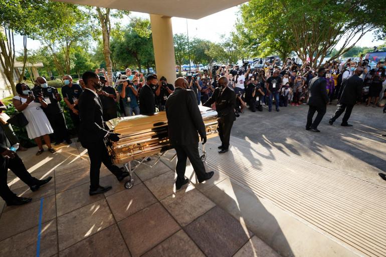 La foule rend hommage à George Floyd au passage de son cercueil dans la ville de Houston, lundi 8 juin 2020