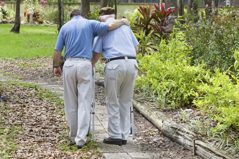 Deux personnes âgées dans un parc (illustration)