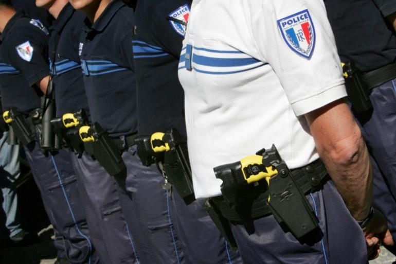 Illustration de policiers municipaux équipés de tasers.