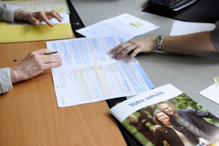 Une personne remplissant son dossier de retraite avec un conseiller de la CNAV à Paris. (illustration)