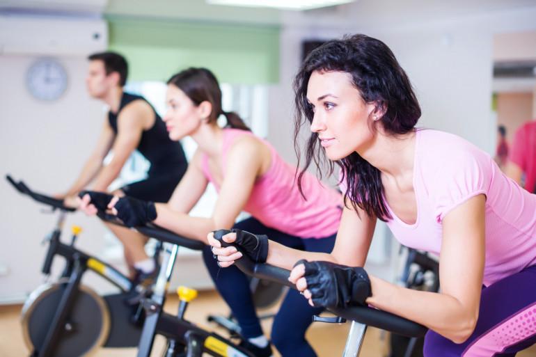 Des jeunes font du fitness dans une salle de sports