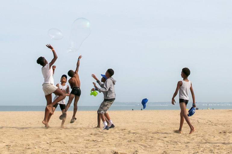 Des enfants jouant sur la plage, à Deauville, le 21 août 2019.
