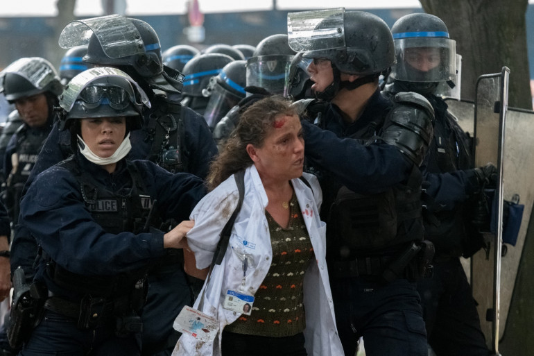 Une infirmière interpellée par les forces de l'ordre en marge de la manifestations des soignants, à Paris, le 16 juin.