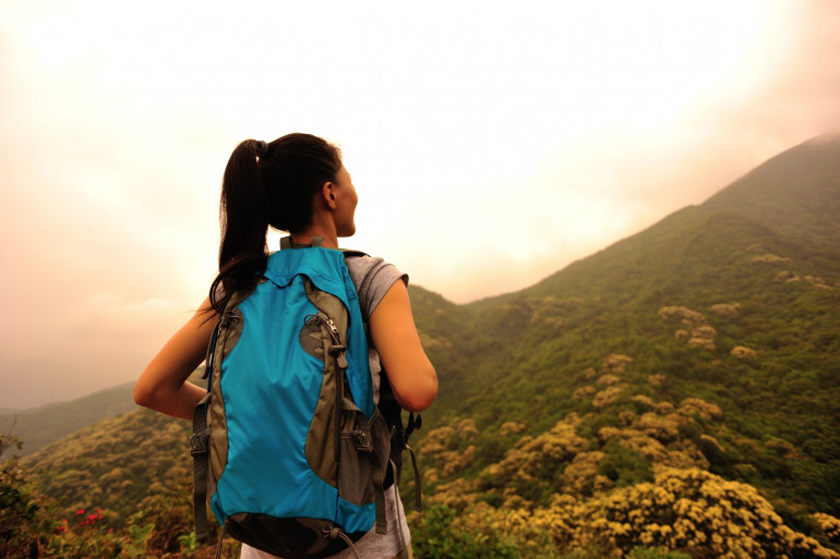 Vacances d'été : les astuces à connaître pour (bien) voyager seule