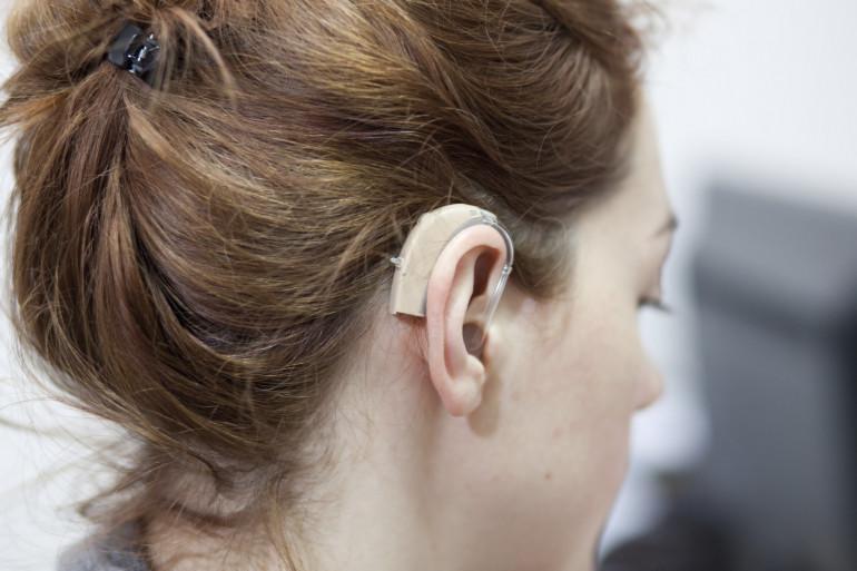 Les malentendants portent souvent des appareils auditifs tels que celui-ci