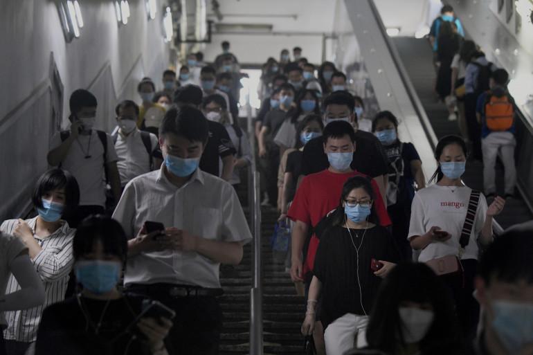 Des usagers du métro, à Pékin, le 15 juin 2020.