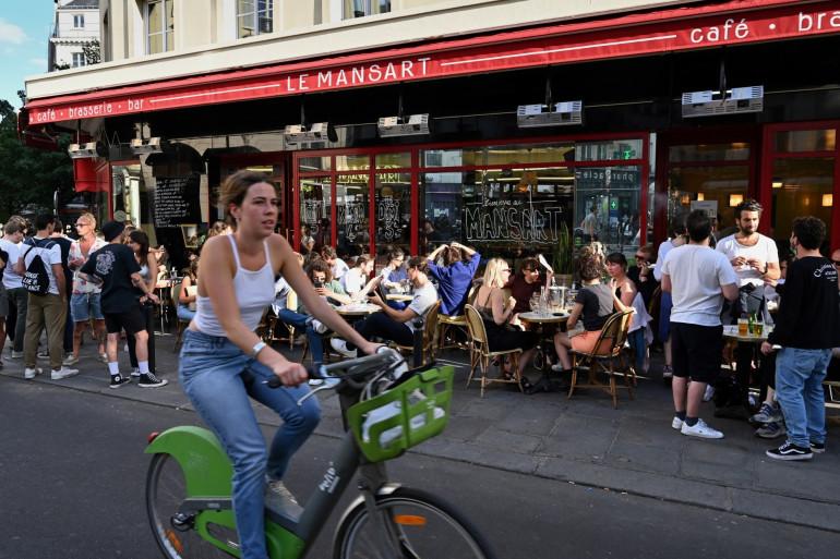 Une femme sur un vélo à Paris le 2 juin 2020