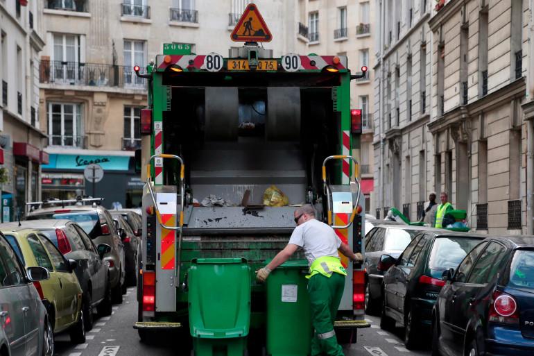 Un éboueur devant un camion poubelle (illustration)