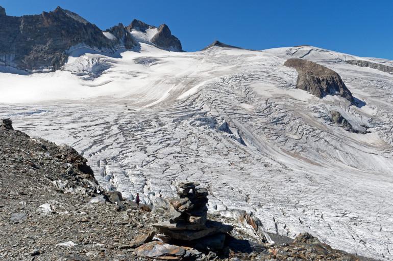 Photo du glacier de la Girose,  à l'arrivée du téléphérique des «  Glacier de la Meije », dans le massif des Écrins (Hautes-Alpes), au pied du sommet de la Meije