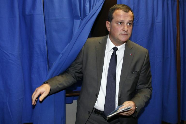 Louis Aliot, dans un bureau de vote