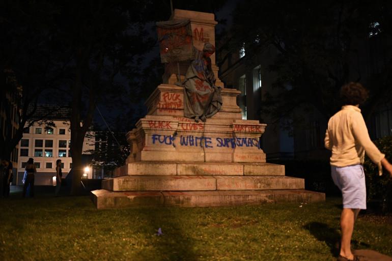 À Washington, des habitants se prennent en photo devant la statue d'Albert Pike abattue par des manifestants antiracistes