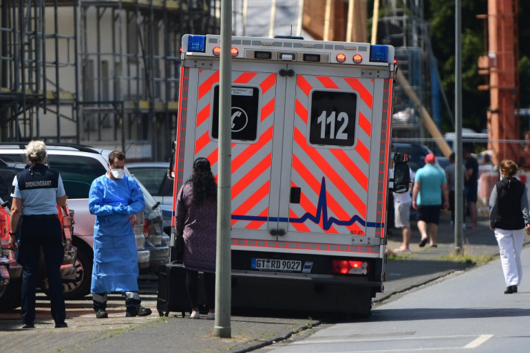 Une ambulance garée devant les résidences ou vivent des employés de l'abattoir Toennies, placés en quarantaine après la découverte de nombreux cas de Covid-19.
