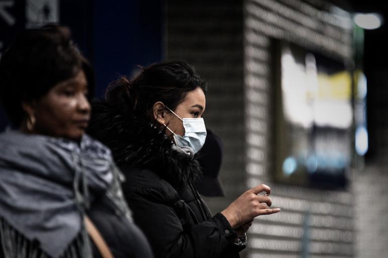Une femme portant un masque dans la station de métro de Châtelet-les-Halles le 19 mars.