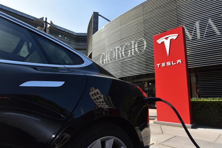 Une voiture électrique du constructeur automobile Tesla fait le plein (illustration)