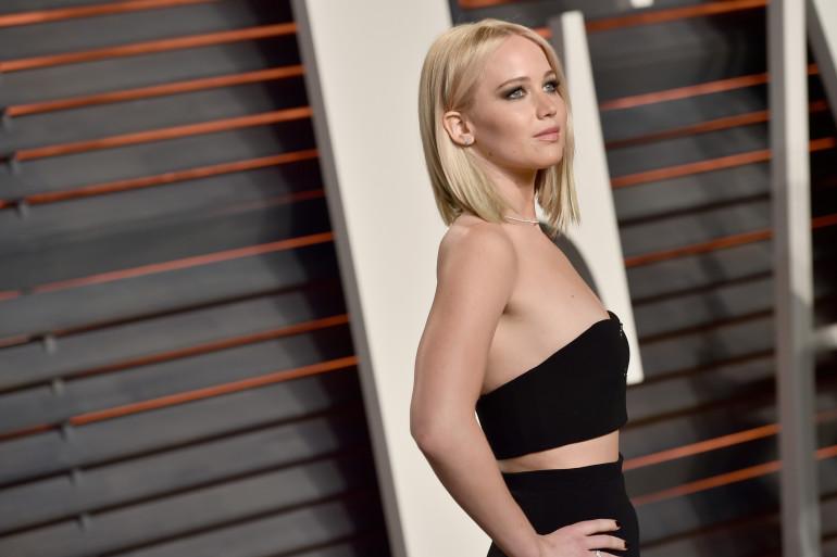 Jennifer Lawrence a récemment adopté un blond platine très froid. Ici, elle est sur le tapis rouge des Oscars 2016.