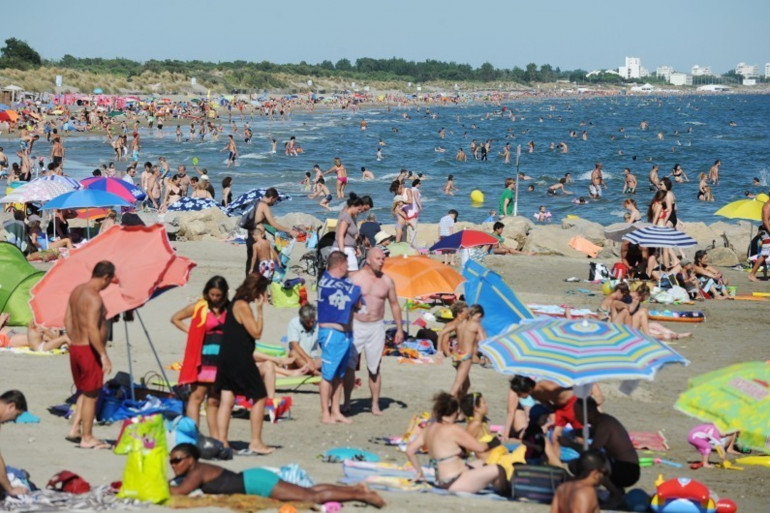 Des touristes en vacances à la plage (Illustration).