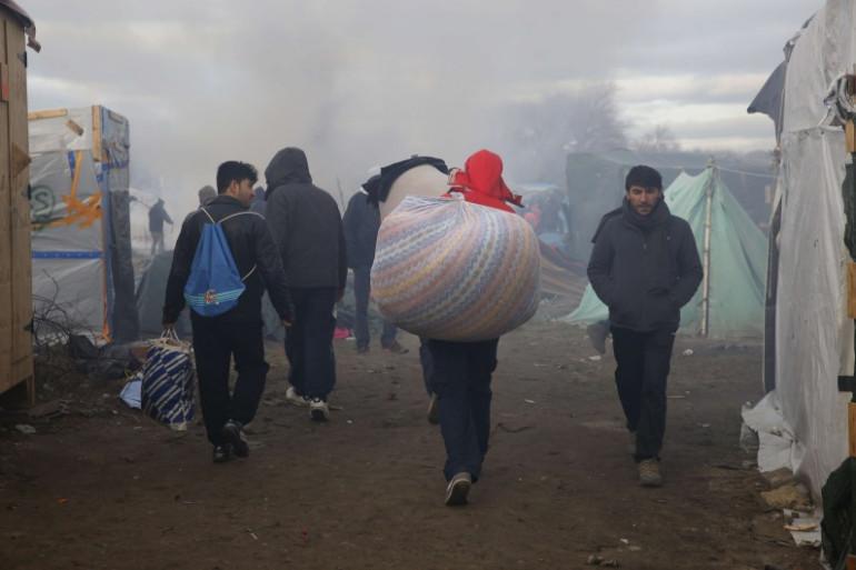 """Des migrants, baluchon sur le dos, quittent la """"jungle"""" de Calais. (illustration)"""