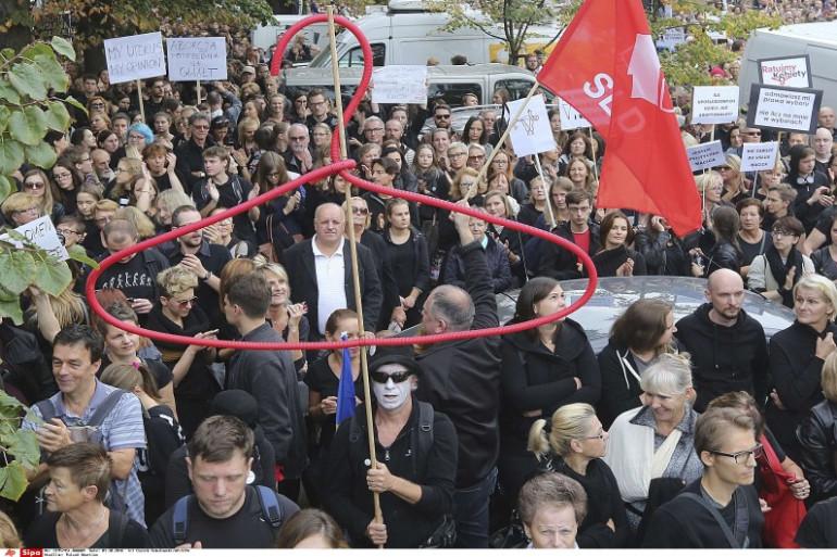 Des milliers de personnes ont manifesté en Pologne samedi 1e octobre contre une proposition de loi interdisant l'avortement.