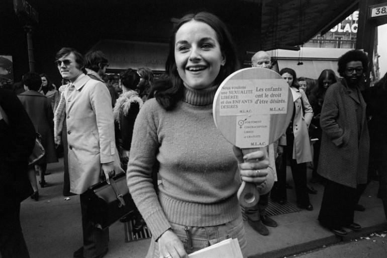 En mars 1974, cette femme manifeste pour le droit à l'avortement. Elle revient alors d'un voyage à Amsterdam avec 40 autres Françaises, qui y sont allées pour avorter.
