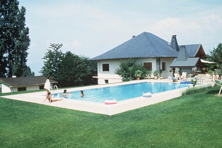 Une piscine devant une maison (illustration)