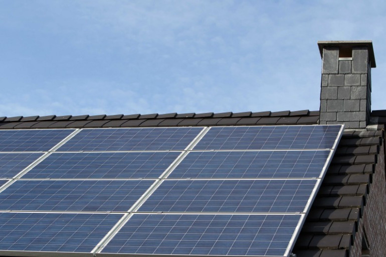 Un panneau solaire installé sur le toit d'une maison