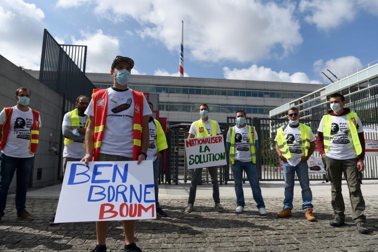 Des salariés d'air-France protestent contre les réductions d'effectifs, ici à l'aéroport Charles de Gaulle de Roissy, le 3 juillet.