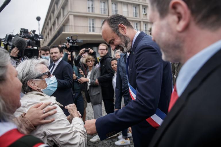 Édouard Philippe prend un bain de foule à l'occasion de son installation dans le fauteuil de maire au Havre.