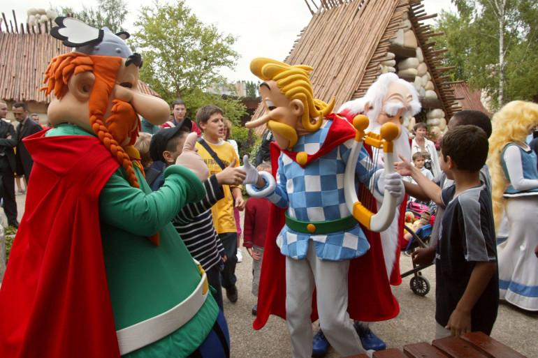 Des comédiens dans les costumes des personnages d'Astérix et Obélix au parc Astérix en 2004.