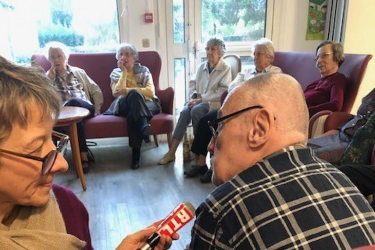 Des retraités participent à un concours de culture générale dans leur maison de retraite.