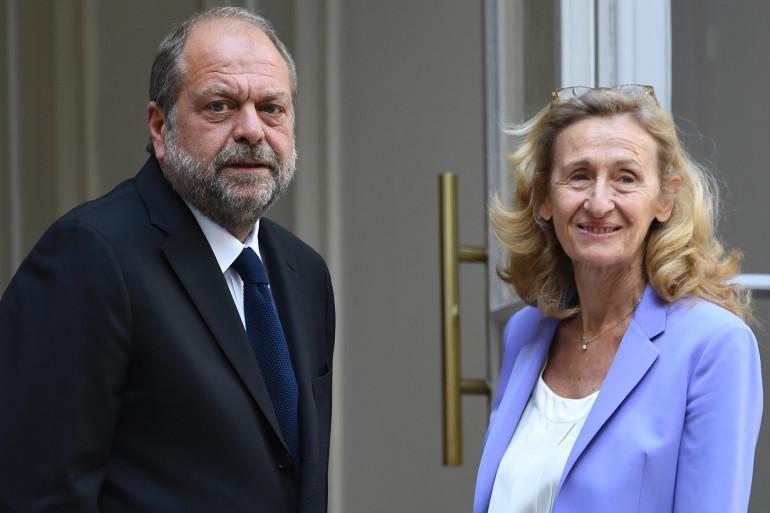 Le nouveau ministre de la Justice Éric Dupond-Moretti avec sa prédécesseure, Nicole Belloubet, le 7 juillet 2020, lors de la passation de pouvoir place Vendôme, à Paris