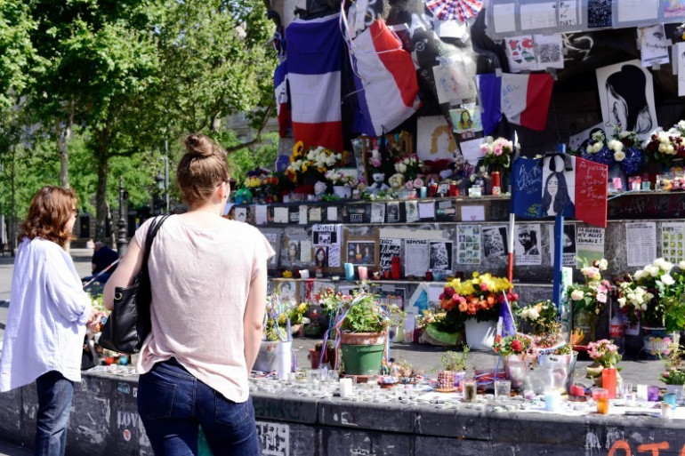 Des personnes observent une minute de silence sur la place de la République, le 18 juillet 2016